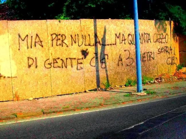 Scritte sui Muri Affollamento mediatico