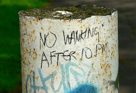 Scritte sui Muri Le mani a posto dopo le 10