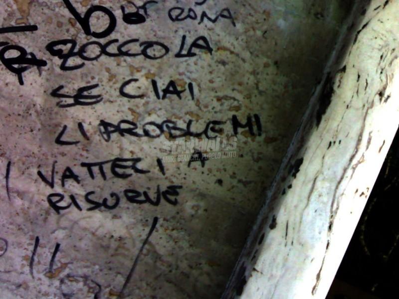 Scritte sui Muri Aiutati ..