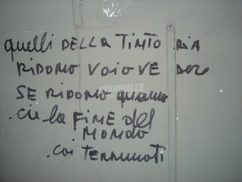 Scritte sui Muri panni sporchi e terremoto