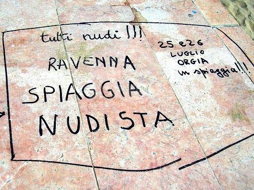 Scritte sui Muri Amplesso di gruppo in riviera