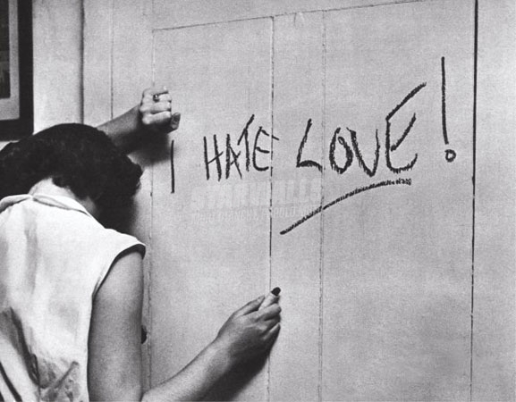 Scritte sui Muri Kubrick hates love
