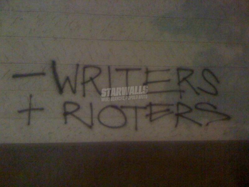 Scritte sui Muri E via di bombolette carta