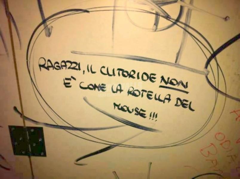 Scritte sui Muri Mani di cashmere