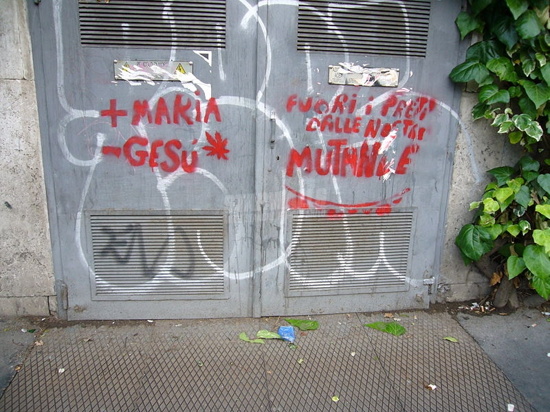 Scritte sui Muri get out!