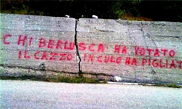 Scritte sui Muri Meno male che silvio c'è !