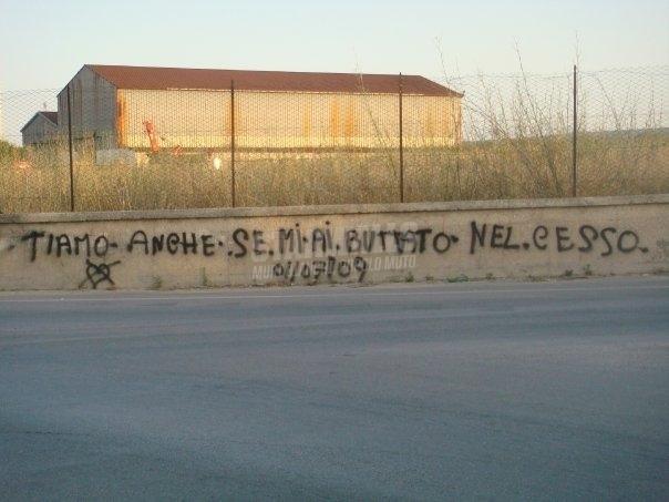 Scritte sui Muri L'amore è un sentimento forte (molto forte) ..